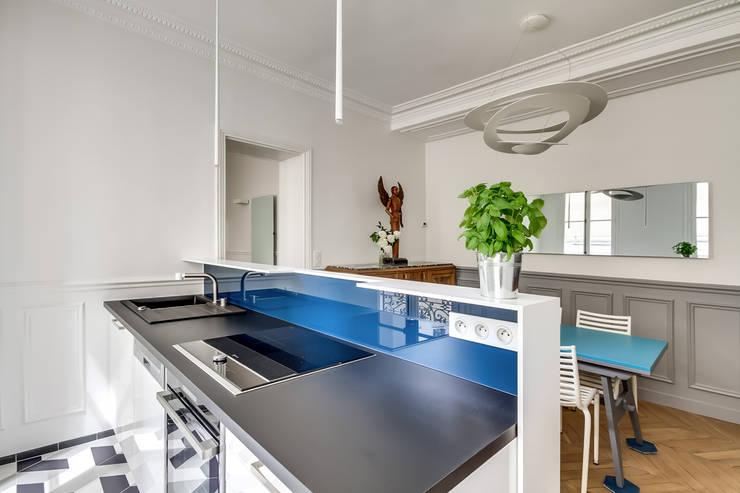 Deco Bleu Chambre Bebe : Détail Cuisine Cuisine de style de style Moderne par ATELIER FB