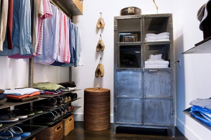 Casa em Sonoma, California: Closets ecléticos por Antonio Martins Interior Design Inc