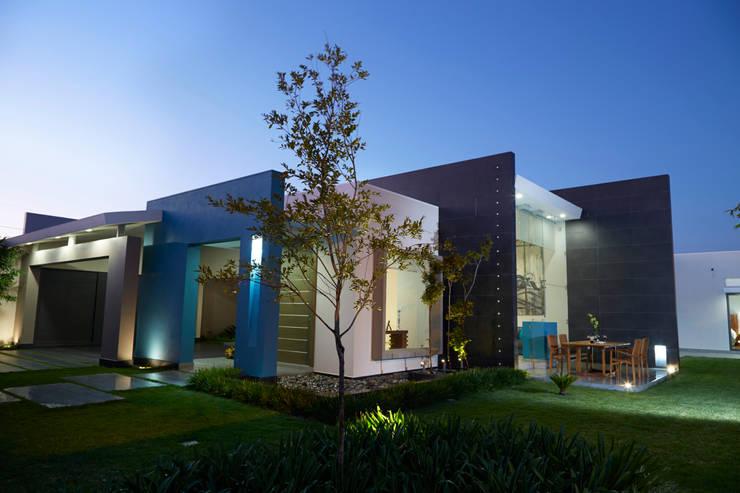 fachada exterior: Casas de estilo minimalista por arketipo-taller de arquitectura