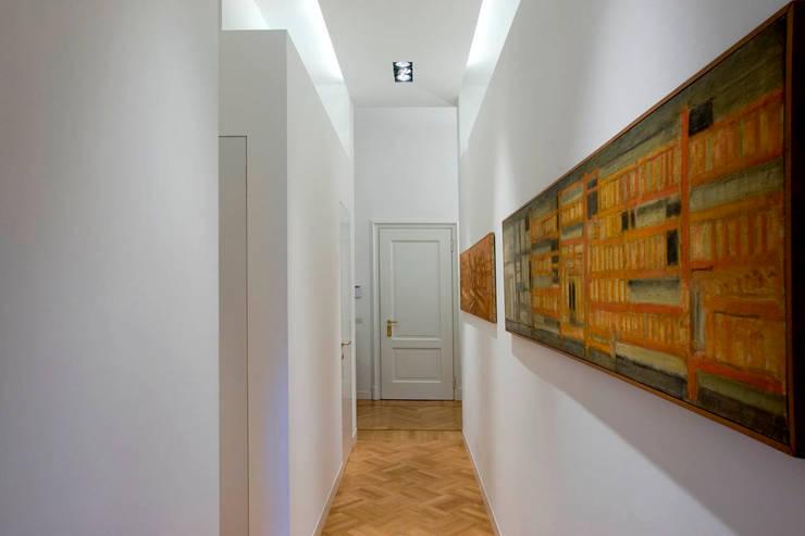 controsoffitto corridoio stretto : PRIVATE APARTMENT_BO: Ingresso, Corridoio & Scale in stile in stile ...
