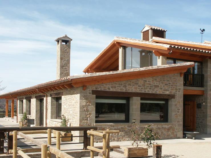 Casa de piedra y madera de riba massanell s l homify - Casas de piedra y madera ...