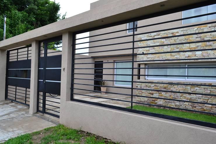 25 bardas y cercos para delimitar tu terreno con estilo - Tipos de cerramientos exteriores ...