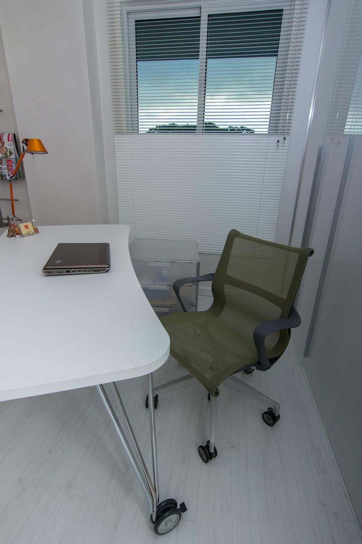 Estudios y despachos de estilo moderno por TRIBU ESTUDIO CREATIVO