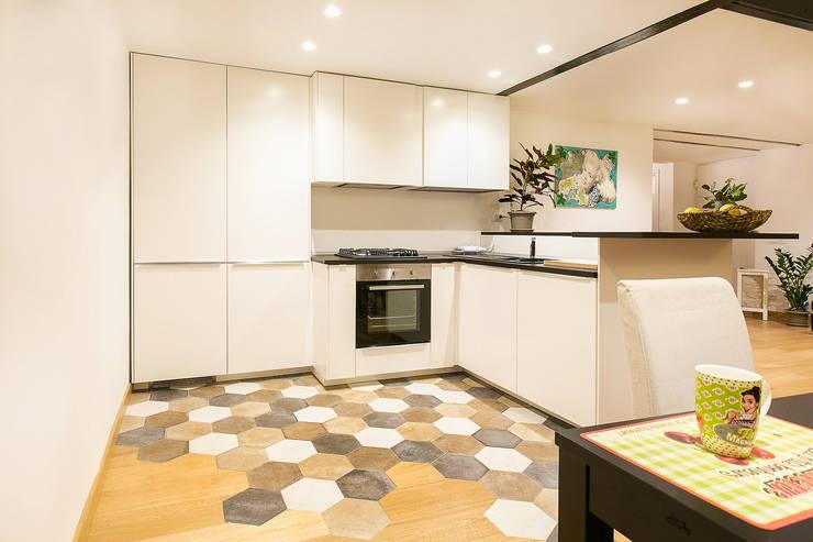 Cocinas de estilo minimalista por officina8a.com
