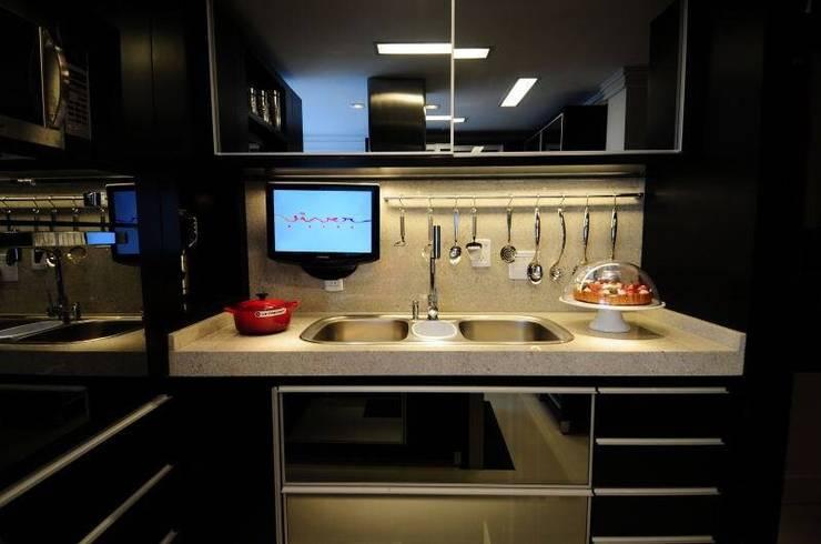 Cocinas de estilo moderno de T+H arquitetura & interiores