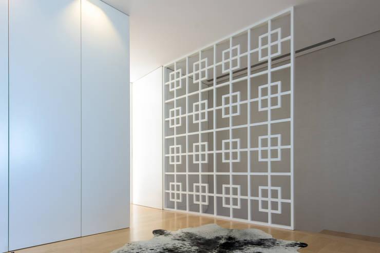 decoracao interiores braga: Braga: Corredores, halls e escadas modernos por NOZ-MOSCADA INTERIORES