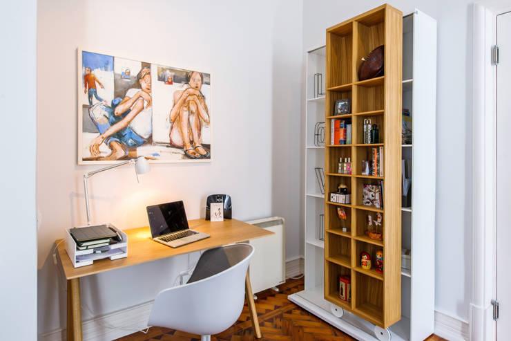 Estudios y oficinas de estilo escandinavo por Espaço Mínimo