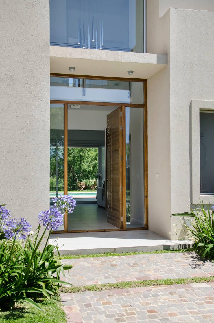 Moderna integridad de parrado arquitectura homify for Puertas en casas modernas