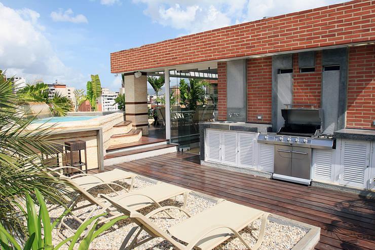 Terrazas  de estilo translation missing: cl.style.terrazas-.moderno por Arq Renny Molina