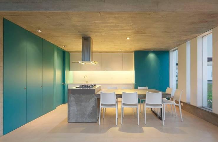 모던과 컬러의 만남. 맑은 청록색이 빛나는 주택