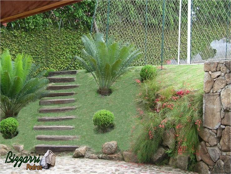 Paisagismo com pedras Jardins rústicos por Bizzarri Pedras