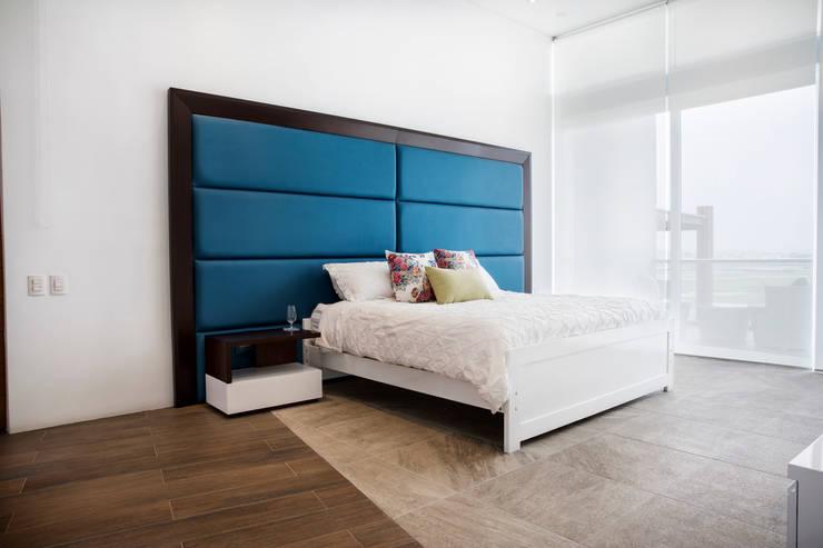 Dormitorio principal: Cuartos de estilo moderno por Carughi Studio