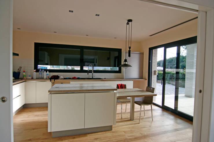 Cocinas de estilo moderno por Atres Arquitectes