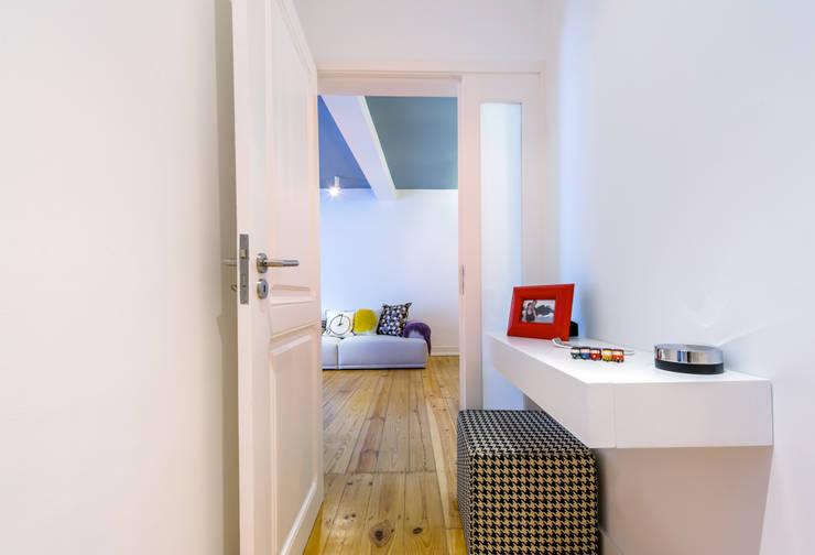 eclectic Corridor, hallway & stairs by Espaço Mínimo