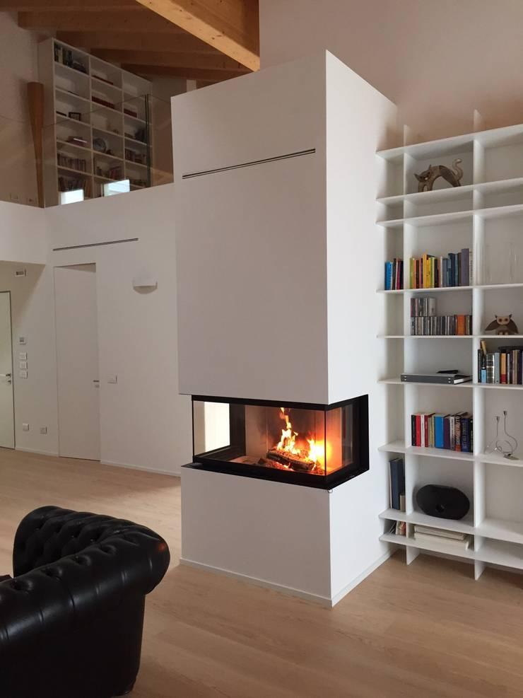 Caminetto soggiorno moderno idee per il design della casa - Parete con camino ...