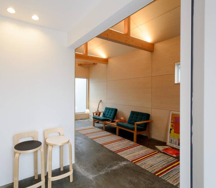 Corredores, halls e escadas modernos por 風景のある家.LLC