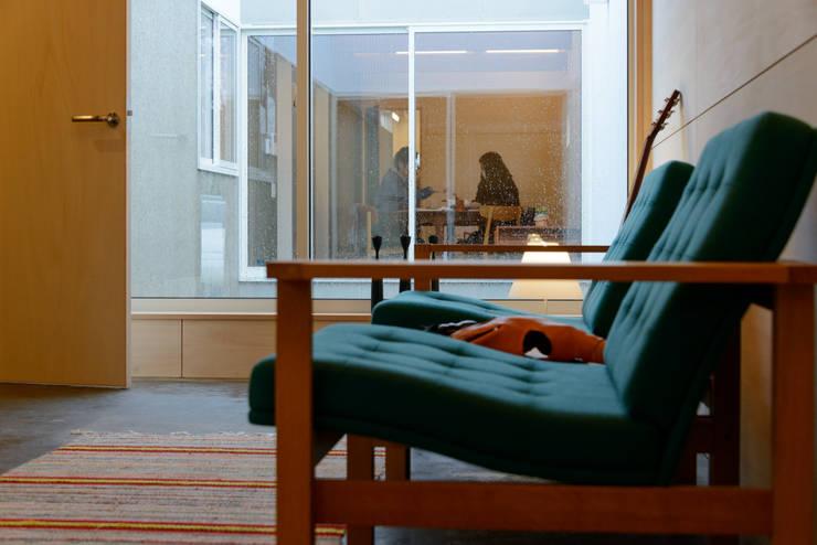 Salas de estar modernas por 風景のある家.LLC