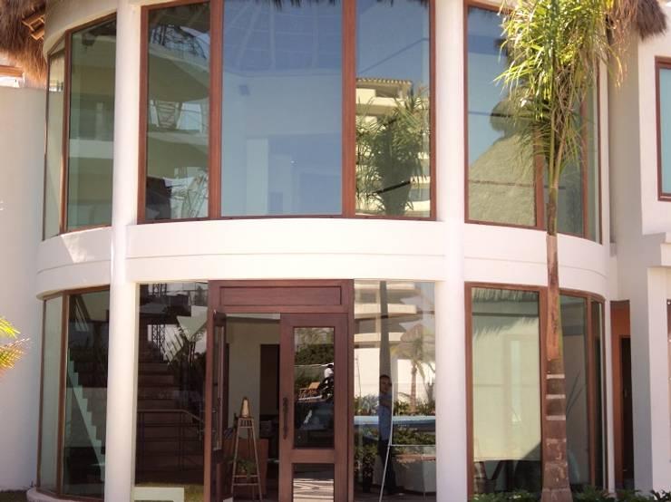 10 dise os de ventanas que har n lucir tu fachada for Casa minimalista rustica