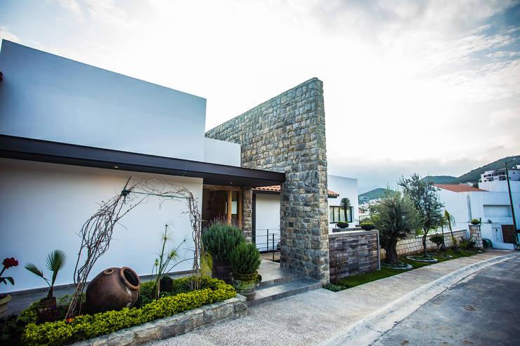 20 jardins pequenos para renovar a frente de sua casa for Fachadas frontales para casas