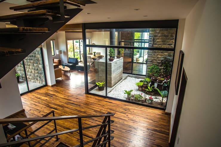 Moderna y r stica esta casa en monterrey es espectacular - Casas con jardin interior ...