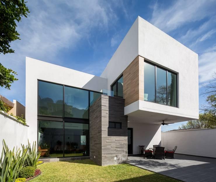 13 fachadas de casas modernas con revestimiento de piedra for Casa moderna blanca