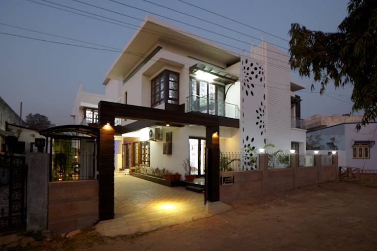 Dr Rafique Mawani's Residence: minimalistic Houses by M B M architects