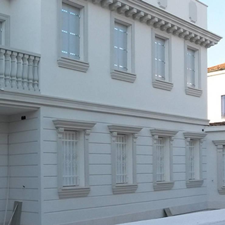 Cornici decorative per facciate di eleni decor homify for Elementi decorativi in polistirolo per interni