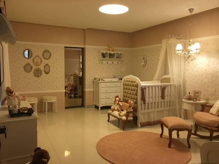 Quarto de bebê: Quarto de crianças translation missing: br.style.quarto-de-crianças.classico por Heloisa Titan Arquitetura