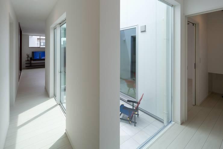 廊下: LITTLE NEST WORKSが手掛けたtranslation missing: jp.style.玄関-廊下-階段.modern玄関/廊下/階段です。