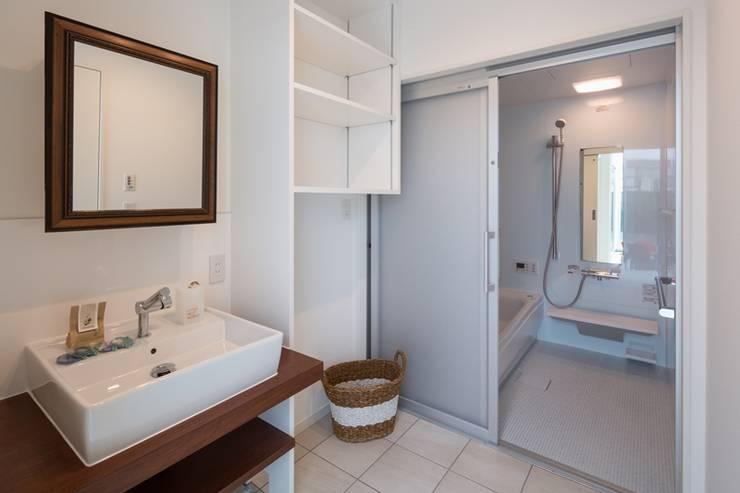洗面脱衣室: LITTLE NEST WORKSが手掛けたtranslation missing: jp.style.洗面所-お風呂-トイレ.modern洗面所/お風呂/トイレです。