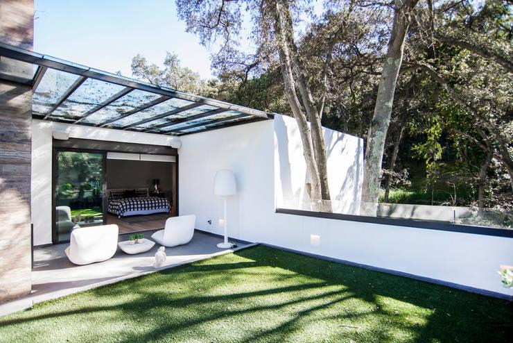 Paseo 82: Terrazas de estilo translation missing: mx.style.terrazas.moderno por Sobrado + Ugalde Arquitectos