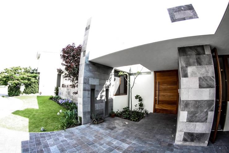 San Angel: Puertas y ventanas de estilo moderno por 2M Arquitectura
