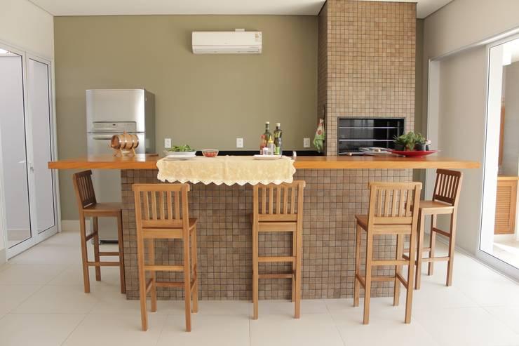 Terrazza in stile translation missing: it.style.terrazza.rustico di canatelli arquitetura e design