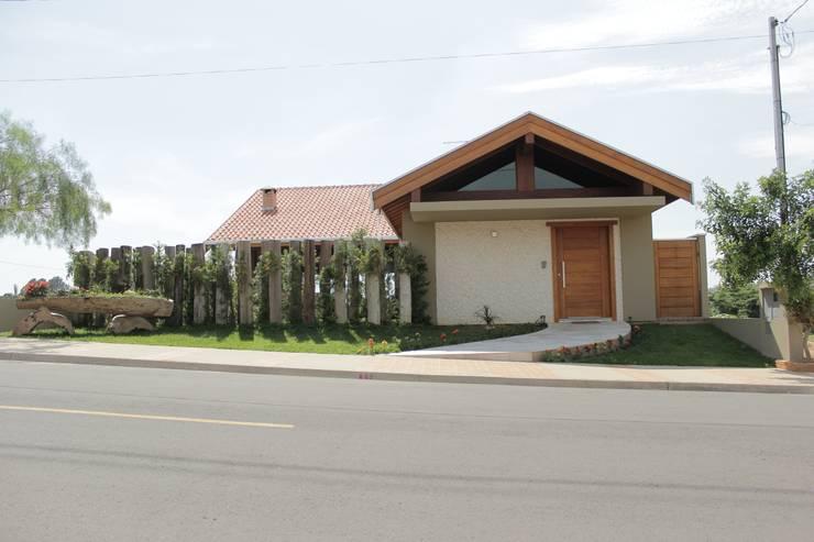 Projekty, rustykalne Domy zaprojektowane przez canatelli arquitetura e design