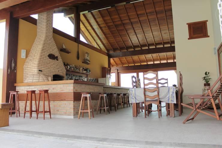 Projekty, translation missing: pl.style.balkon-taras-i-weranda.rustykalny Balkon, taras i weranda zaprojektowane przez canatelli arquitetura e design