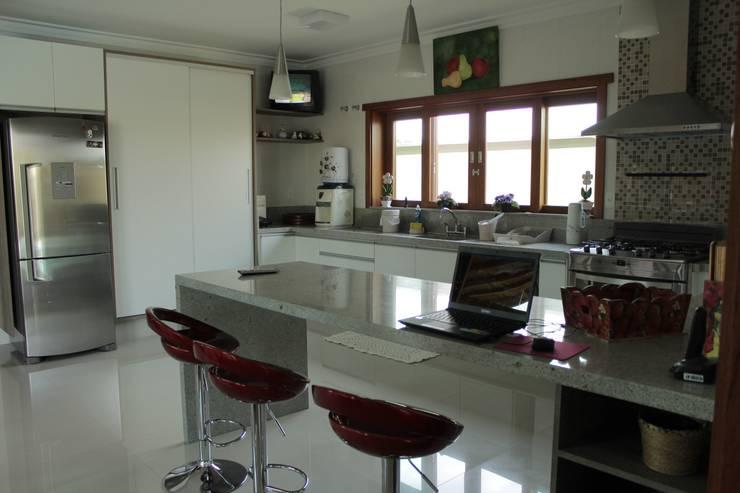 Projekty, translation missing: pl.style.kuchnia.nowoczesny Kuchnia zaprojektowane przez canatelli arquitetura e design
