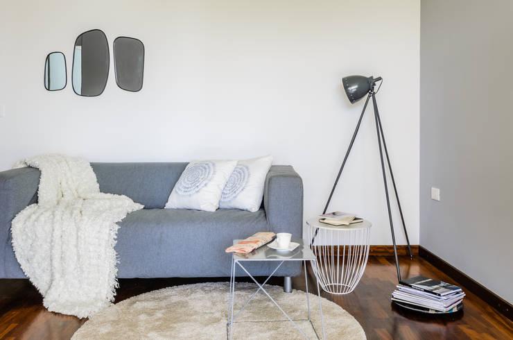Sofa detail:  in stile  di Venduta a Prima Vista