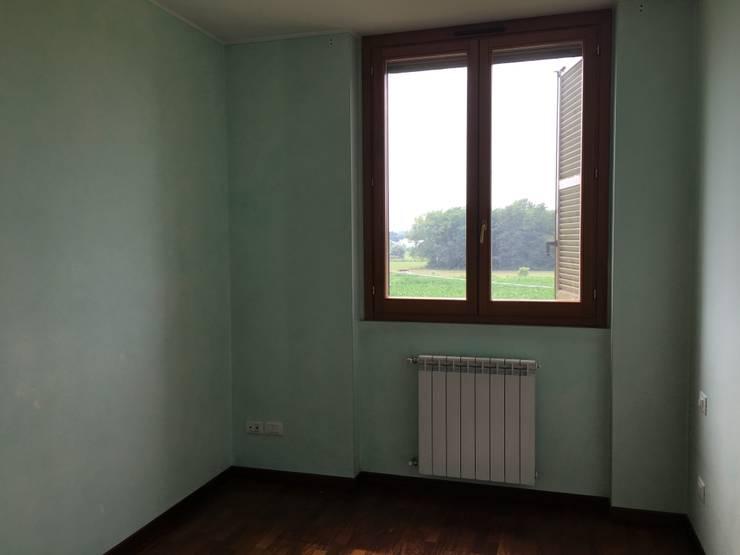 Bedroom Before:  in stile  di Venduta a Prima Vista