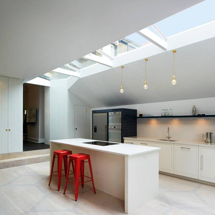 Cocinas de estilo moderno de Gundry & Ducker Architecture