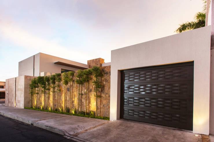 15 fachadas de casas modernas cerradas al exterior for Fachadas de casas modernas con piedra de una planta
