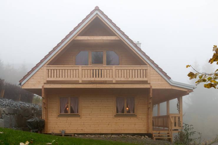 Projekty, skandynawskie Domy zaprojektowane przez THULE Blockhaus GmbH