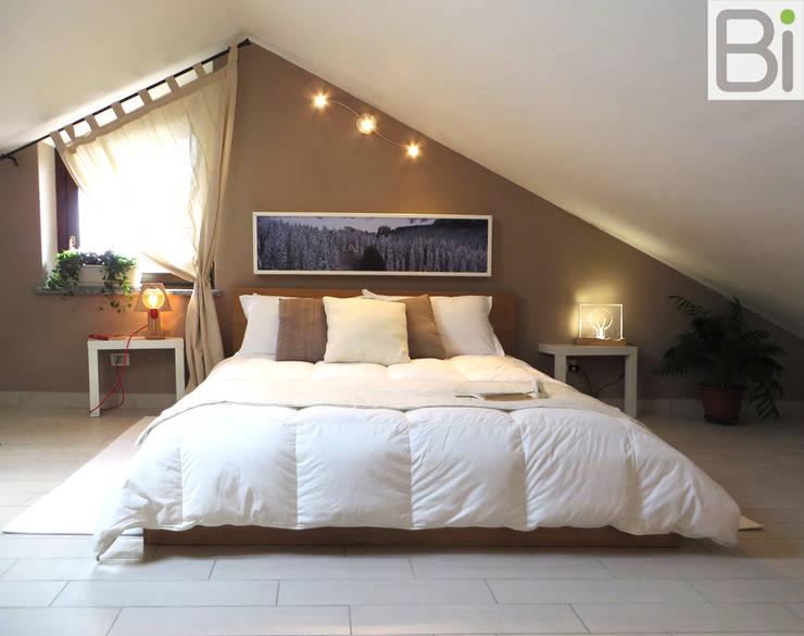... con luso del colore: Camera da letto in stile in stile Moderno di