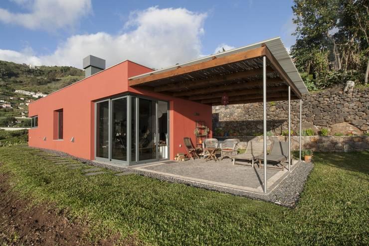 Alpendre: Habitações translation missing: pt.style.habitações.minimalista por Mayer & Selders Arquitectura