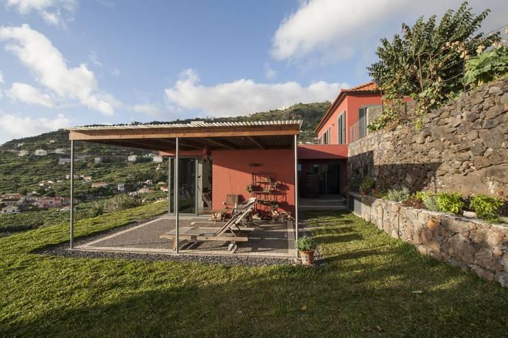Vista Alpendre: Terraços translation missing: pt.style.terraços.minimalista por Mayer & Selders Arquitectura