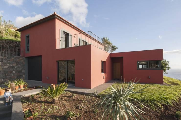 Entrada Principal: Habitações translation missing: pt.style.habitações.moderno por Mayer & Selders Arquitectura