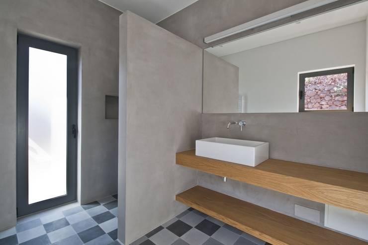Casa de Banho: Casas de banho minimalistas por Mayer & Selders Arquitectura