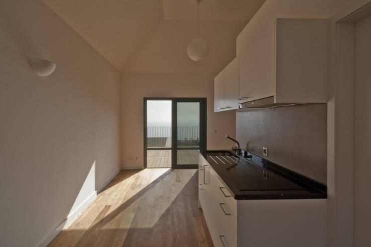 Estúdio: Salas de estar minimalistas por Mayer & Selders Arquitectura