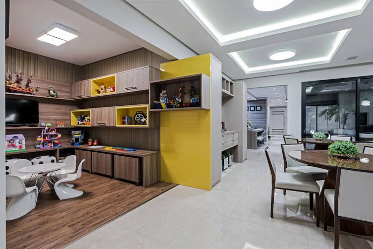 Salas multimedia de estilo moderno por TRÍADE ARQUITETURA