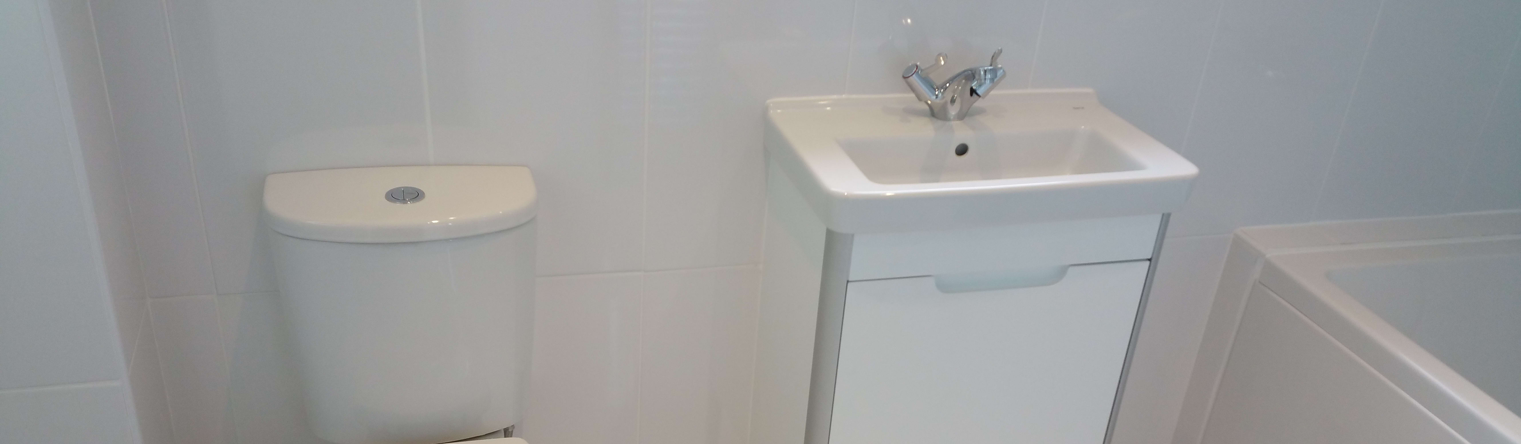 Small bathroom installation por replace your bathroom homify for 0 bathroom installation
