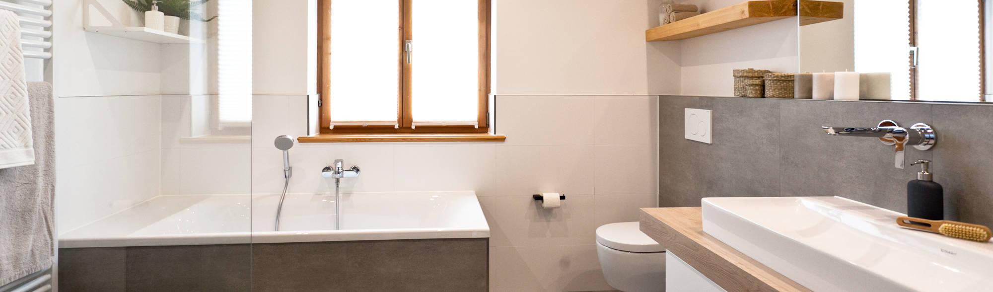 badsanierung schickes wohlf hlbad mit viel holz und modernen fliesen in betonoptik von banovo. Black Bedroom Furniture Sets. Home Design Ideas